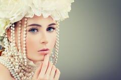 Härlig modell Woman med vita blommor och pärlor Blomning Bea Arkivbild