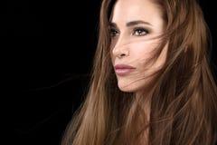 Härlig modellflicka med ovårdad hårstil arkivfoton