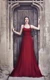 Härlig modemodell i röd klänning Arkivfoton