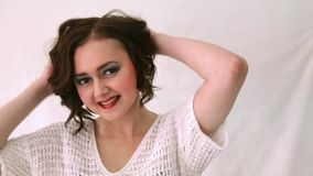 Härlig modemodell med lockigt hår för makeup och för kortslutning arkivfilmer