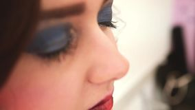 Härlig modemodell med lockigt hår för makeup och för kortslutning stock video