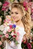 härlig modemodell sinnlig brud Kvinna med bröllopsklänningen Royaltyfri Fotografi