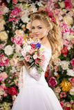 härlig modemodell sinnlig brud Kvinna med bröllopsklänningen Royaltyfria Bilder