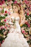 härlig modemodell sinnlig brud Kvinna med bröllopsklänningen Arkivbild