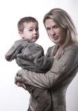 härlig moder för barnfamiljförälskelse tillsammans Royaltyfri Fotografi