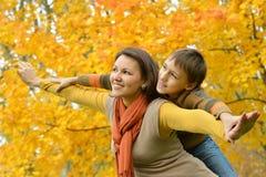 Härlig moder med en son Arkivfoton