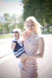 Härlig moder och dotter för blont hår Royaltyfria Bilder