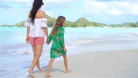 Härlig moder och dotter på den karibiska stranden lager videofilmer