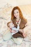 Härlig moder som ammar hennes spädbarn Fotografering för Bildbyråer