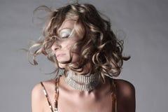 härlig moderiktig kläderflickastående fotografering för bildbyråer