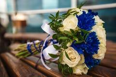 Härlig modern bröllopbukett på tabellen Royaltyfria Foton