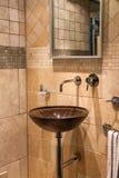 Härlig modern klassisk badrum i lyxigt nytt hem Arkivbilder