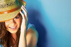 Härlig modern kvinnastående med stort naturligt toothy leende royaltyfria foton
