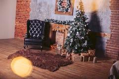 Härlig modern rumdesign i mörka färger som dekoreras med dekorativa beståndsdelar för en julgran och för nytt år med gåvaaskar Royaltyfri Bild