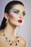 Härlig modestående av den unga kvinnan med ljus färgrik makeup Arkivfoto