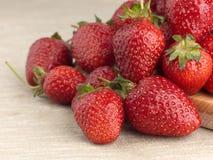 Härlig mogen jordgubbe på en tygbakgrund Arkivfoton