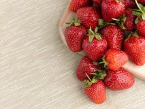 Härlig mogen jordgubbe på en tygbakgrund Royaltyfri Bild