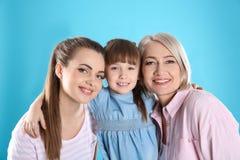 Härlig mogen kvinna med dottern och barnbarnet fotografering för bildbyråer