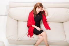 Härlig mogen kvinna på soffan hemma royaltyfria foton
