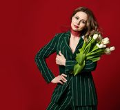 Härlig mogen kvinnahållbukett av vita tulpanblommor för 8 marsch royaltyfria bilder