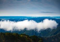 Härlig molnflöte över berget Arkivfoto