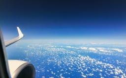 Härlig molnhimmelsikt från flygplanfönster Arkivbilder
