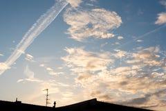 Härlig molnig aftonhimmel med tak och antennen royaltyfri bild