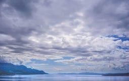 Härlig molnig himmel någonstans längs vägen i Kroatien arkivbilder