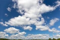 Härlig molnig himmel på ett klart, soligt, sommardag Arkivbilder