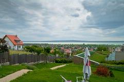 Härlig molnig himmel - sikt av en sjö Royaltyfri Fotografi