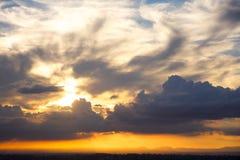 härlig molnig orange skysolnedgång Fotografering för Bildbyråer