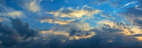 härlig molnig sky royaltyfri bild