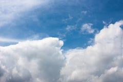 härlig molnig sky Arkivbilder