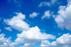 Härlig molnig skyscape av den skinande dagen Fotografering för Bildbyråer