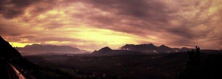 härlig molnig solnedgång arkivfoto