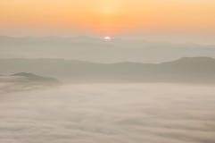 Härlig morgon med dimma mellan kullar Royaltyfri Foto