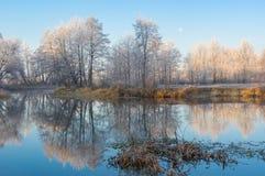 Härlig morgon på en Vorskla flod på den sena hösten Arkivfoton
