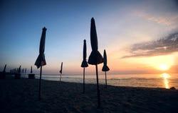 Härlig morgonsoluppgång med strandett slags solskydd Royaltyfri Fotografi
