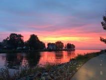 Härlig morgonsoluppgång på sjön Royaltyfria Foton