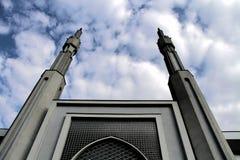 Härlig moské med två minaret som symboliserar en ny religiös rörelse Arkivbild