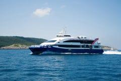 Härlig motorbåt som svävar i Adriatiska havet Segling navigering, t Arkivfoto