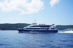 Härlig motorbåt som svävar i Adriatiska havet Segling navigering, t Arkivbild