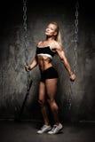 Härlig muskulös kroppsbyggarekvinna Royaltyfri Bild
