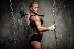 Härlig muskulös kroppsbyggarekvinna Royaltyfri Foto