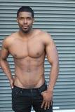 Härlig muskulös svart manlig modell med trevlig abs och v Arkivbilder