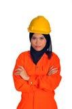 Härlig muslimkvinna med säkerhetshjälmen Arkivfoton