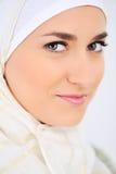 härlig muslimståendekvinna royaltyfria foton