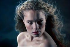 härlig mystisk kvinna Arkivfoton