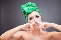 härlig näspinchkvinna Royaltyfri Foto