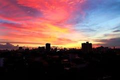 Härlig natt med himmel, landskap av texturen för stadsbyggnadssolnedgång för bakgrund Royaltyfri Bild